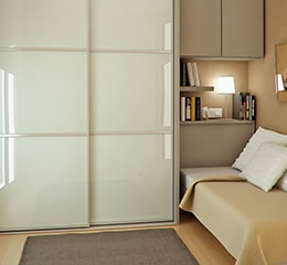 Что делать, если спальня маленькая, а хранить вещи больше негде?